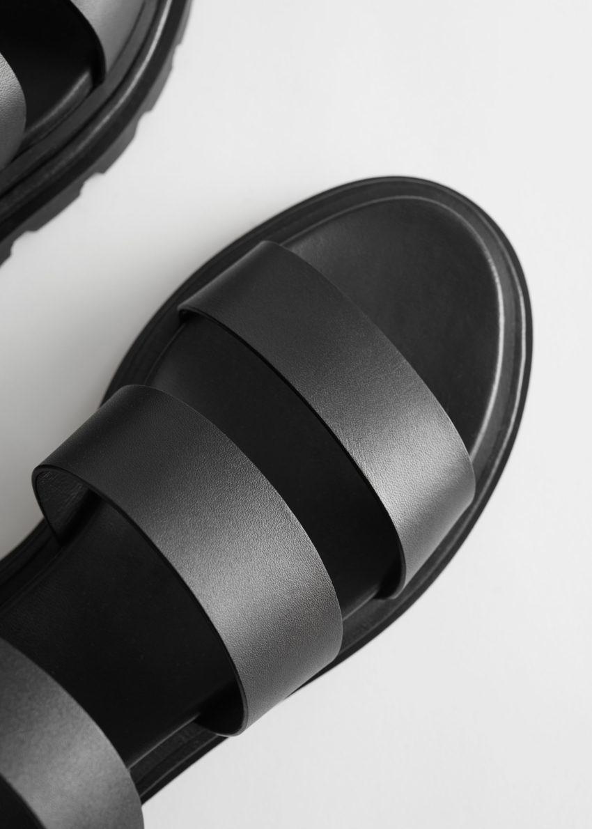 앤아더스토리즈 청키 솔 레더 샌들의 블랙컬러 Detail입니다.