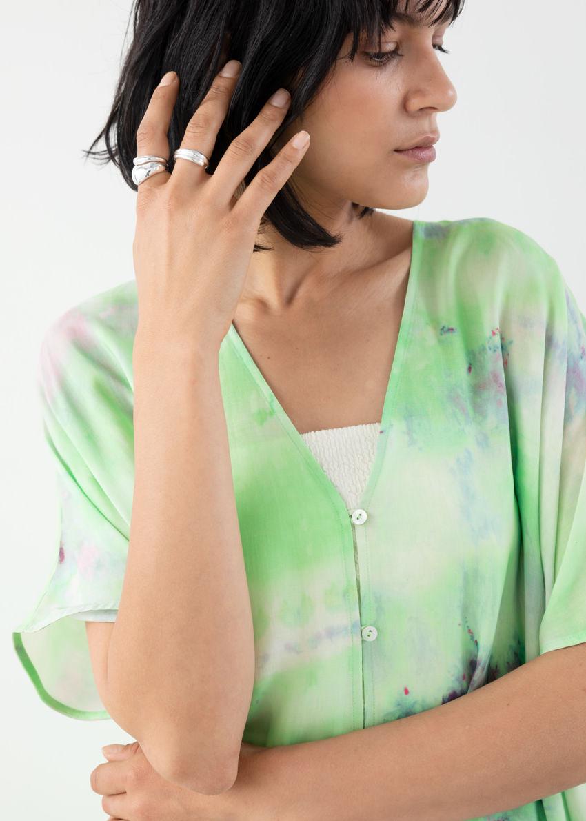 앤아더스토리즈 리오셀 블렌드 타이 다이 카프탄 드레스의 타이 다이컬러 ECOMLook입니다.