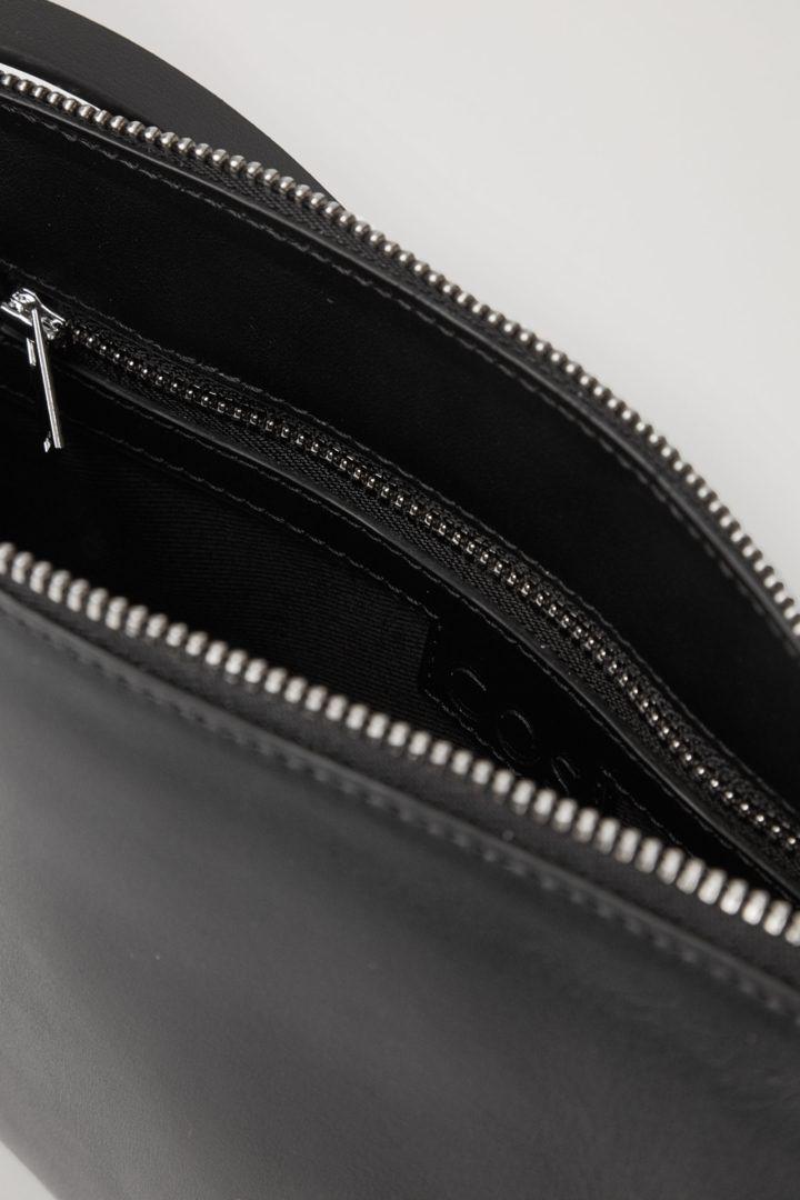COS 레더 크로스바디 백의 블랙컬러 Detail입니다.