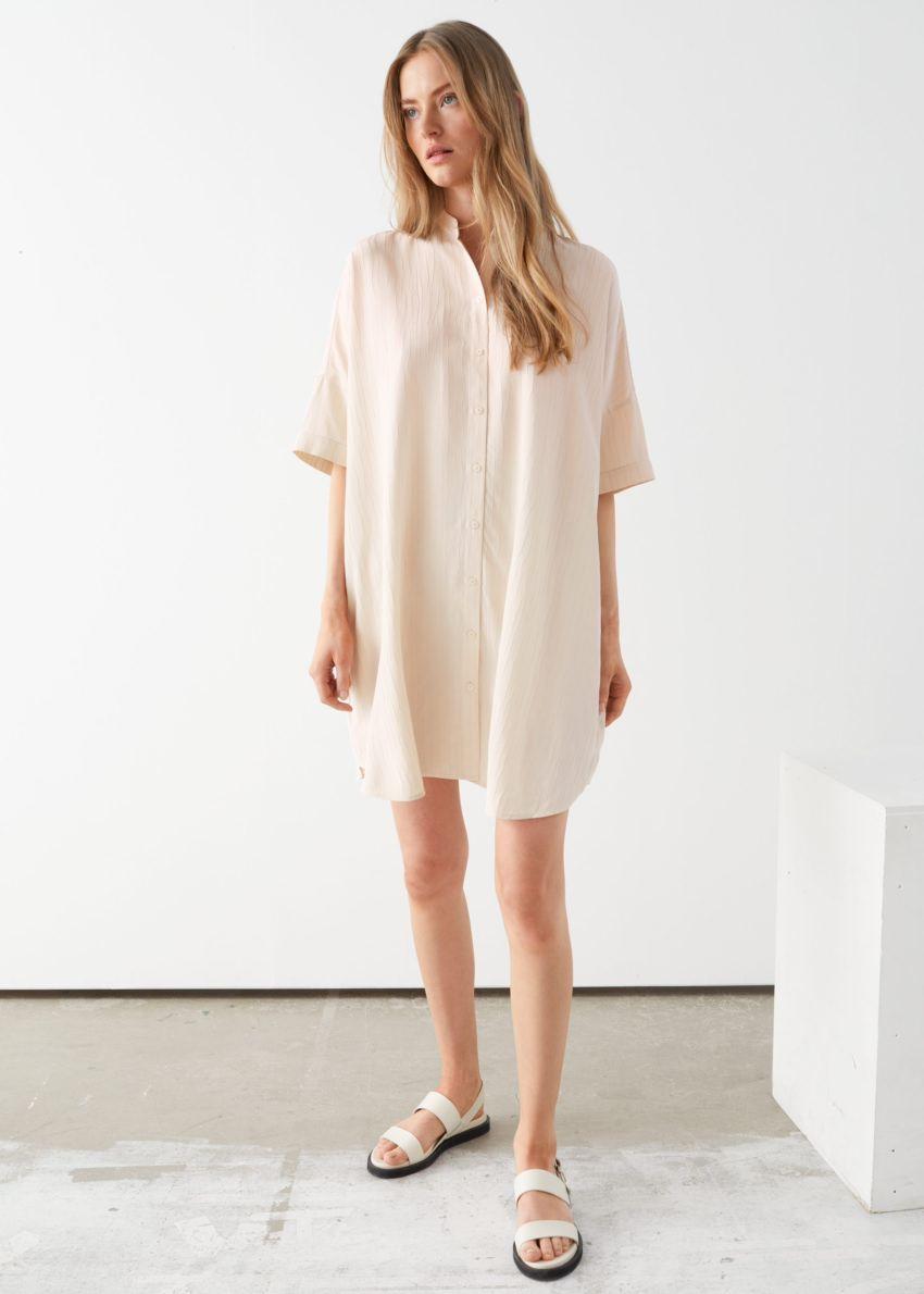앤아더스토리즈 오버사이즈 셔츠 드레스의 라이트 베이지컬러 ECOMLook입니다.