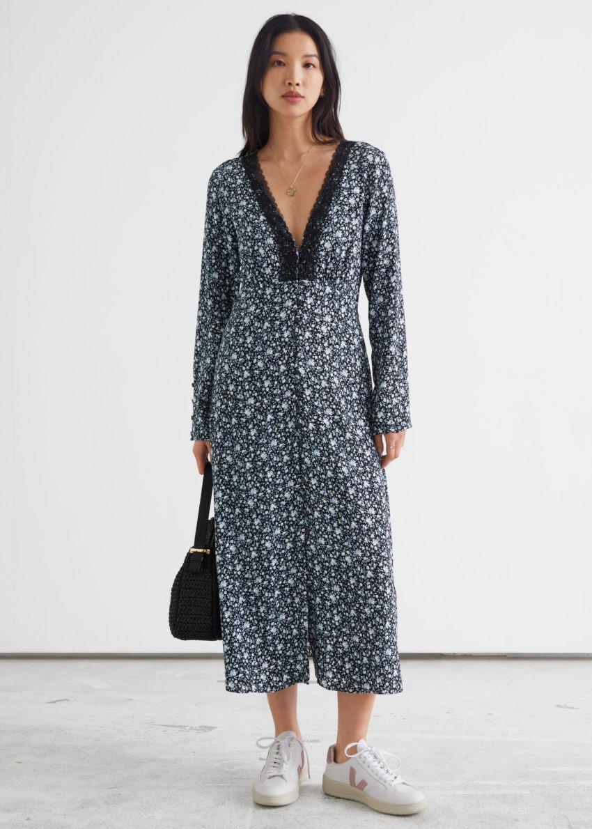 앤아더스토리즈 버튼 플로럴 프린트 레이스 미디 드레스의 블랙 플로럴컬러 ECOMLook입니다.