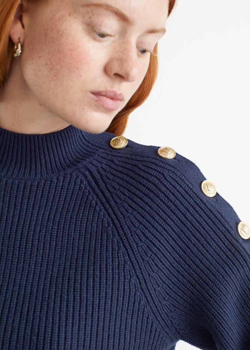 앤아더스토리즈 골드 버튼 니트 스웨터의 네이비컬러 ECOMLook입니다.