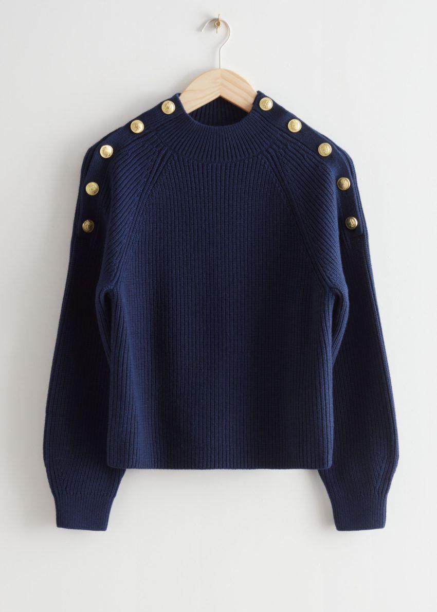 앤아더스토리즈 골드 버튼 니트 스웨터의 네이비컬러 Product입니다.