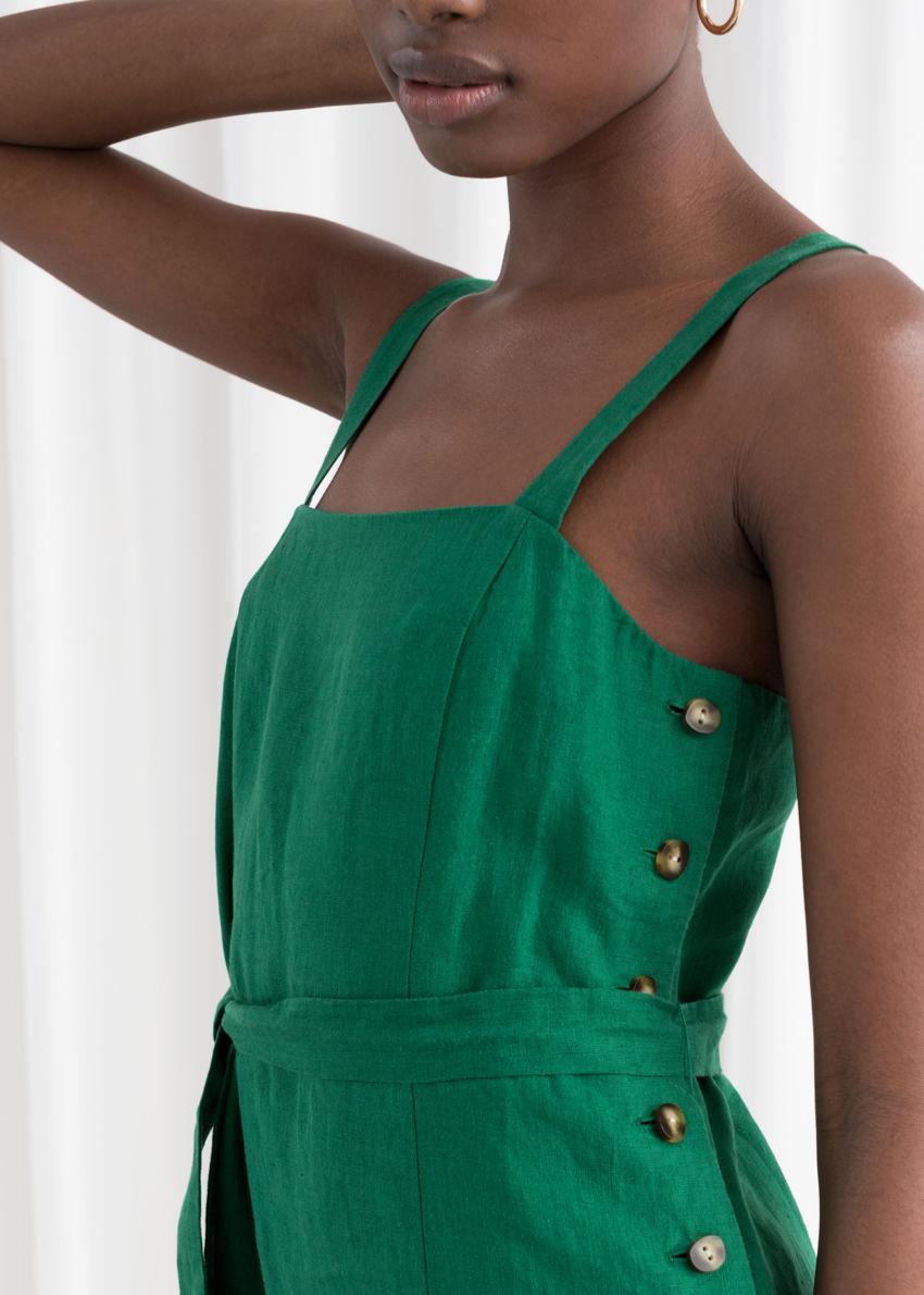 앤아더스토리즈 벨티드 리넨 미디 드레스의 그린컬러 ECOMLook입니다.