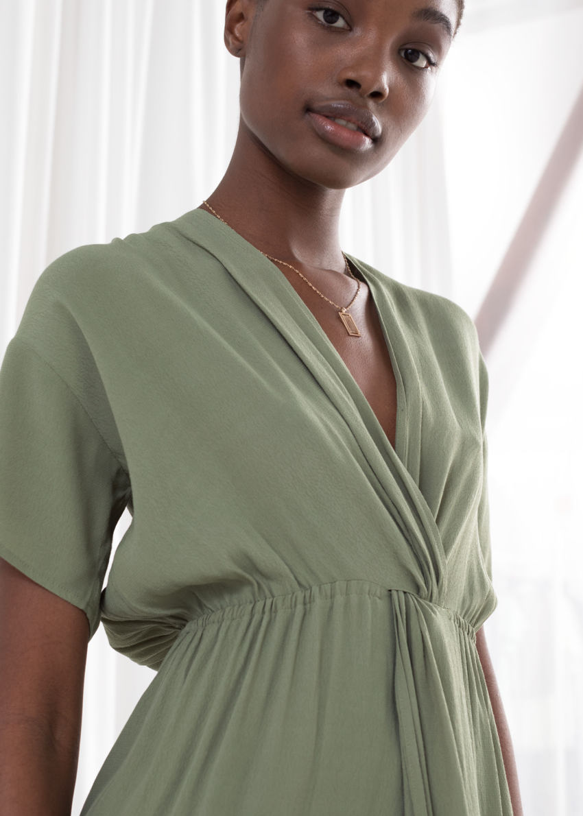 앤아더스토리즈 트위스트 매듭 미디 드레스의 카키컬러 ECOMLook입니다.