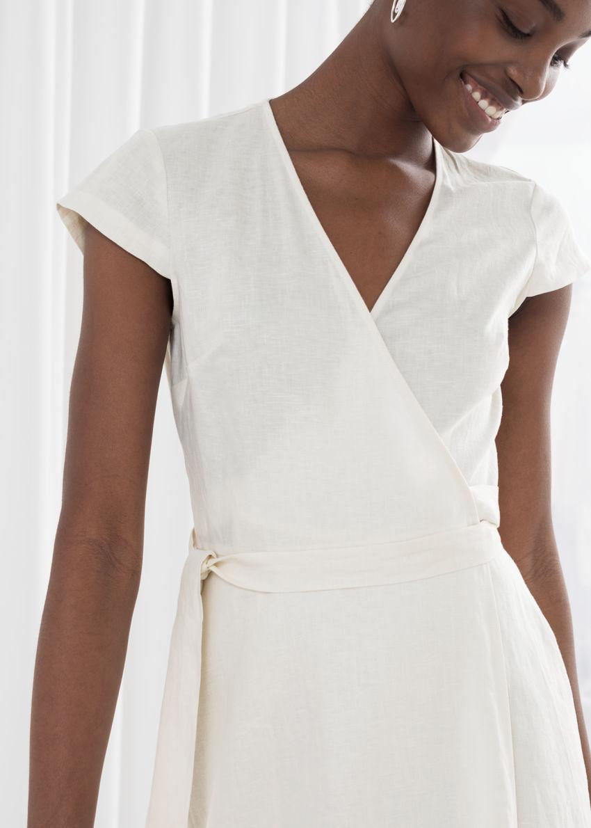 앤아더스토리즈 깅엄 리넨 미디 랩 드레스의 화이트컬러 ECOMLook입니다.
