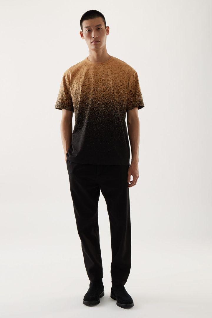 COS 옴브레 프린티드 티셔츠의 브라운 / 블랙컬러 ECOMLook입니다.