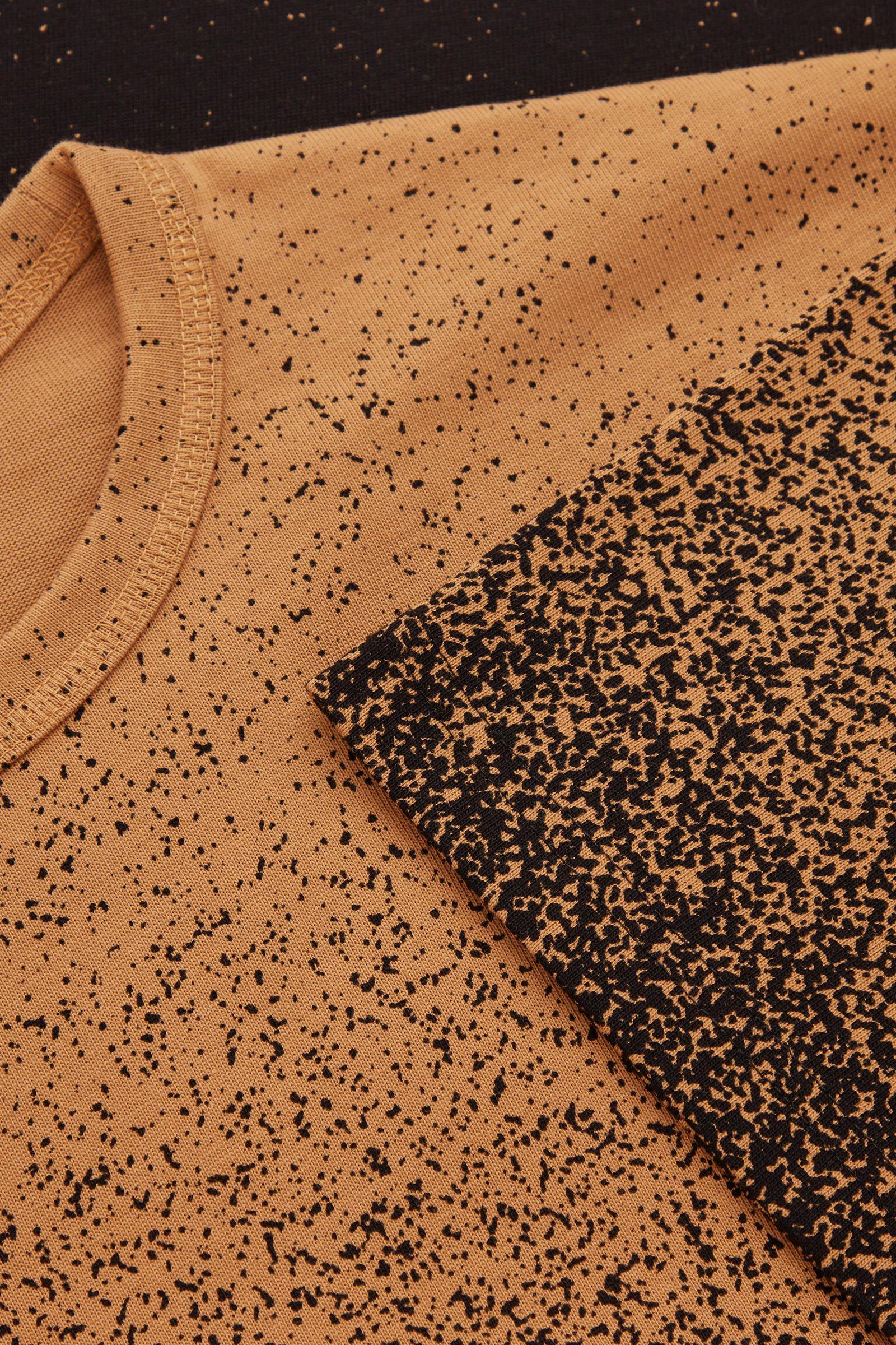COS 옴브레 프린티드 티셔츠의 브라운 / 블랙컬러 Detail입니다.