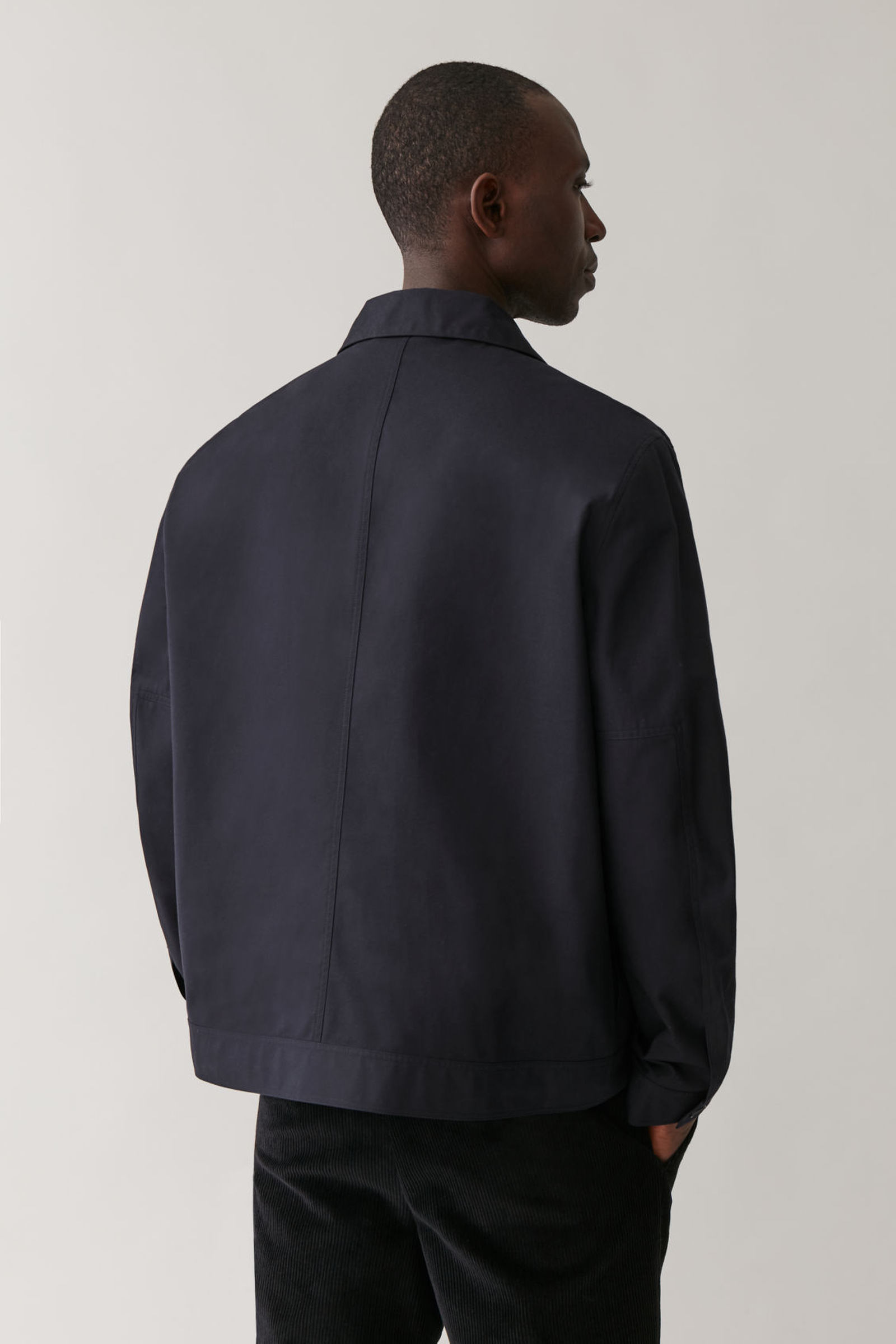 COS 오가닉 코튼 재킷의 네이비컬러 ECOMLook입니다.