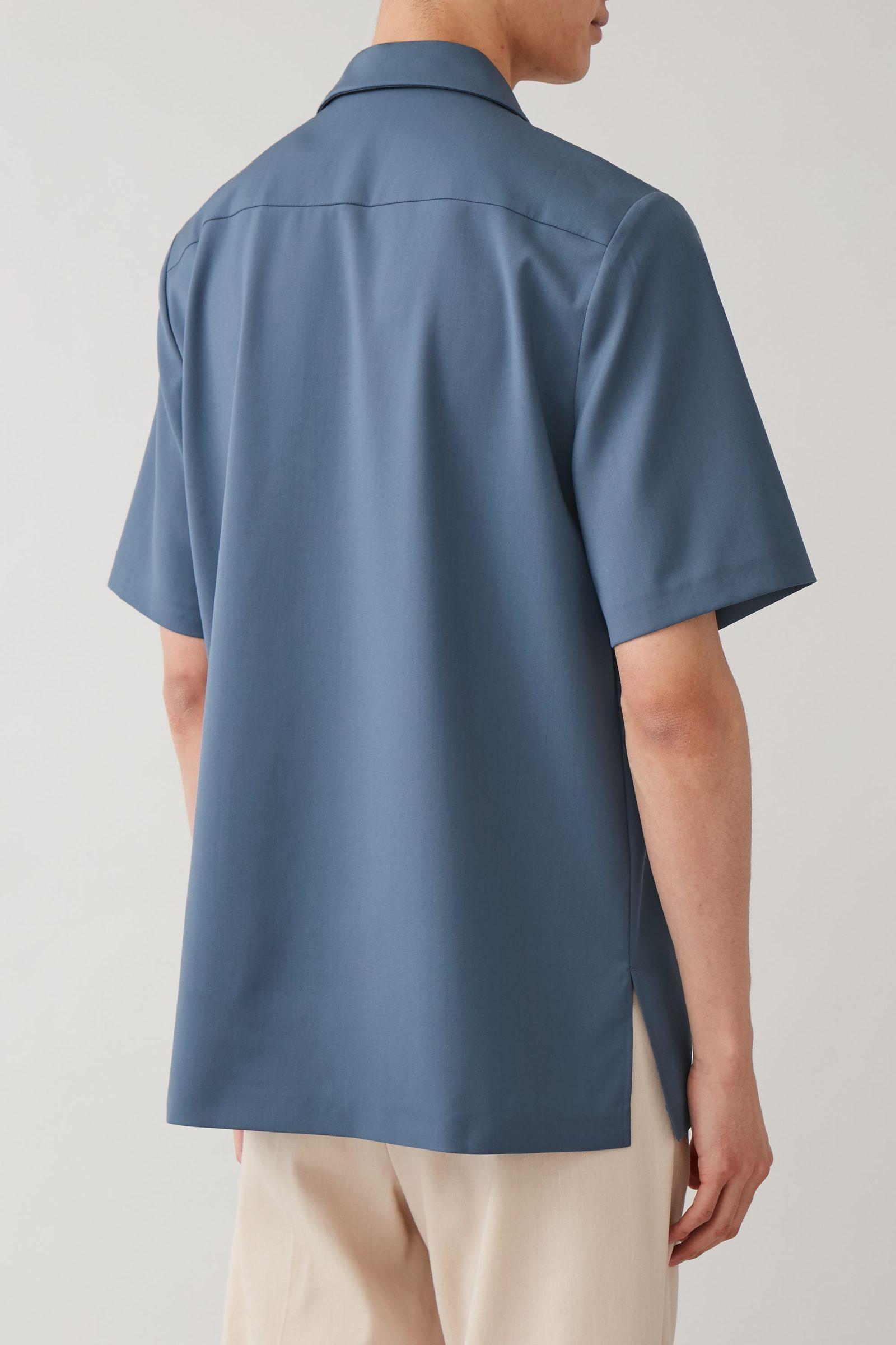 COS 캠프 칼라 울 셔츠의 스틸 블루컬러 ECOMLook입니다.