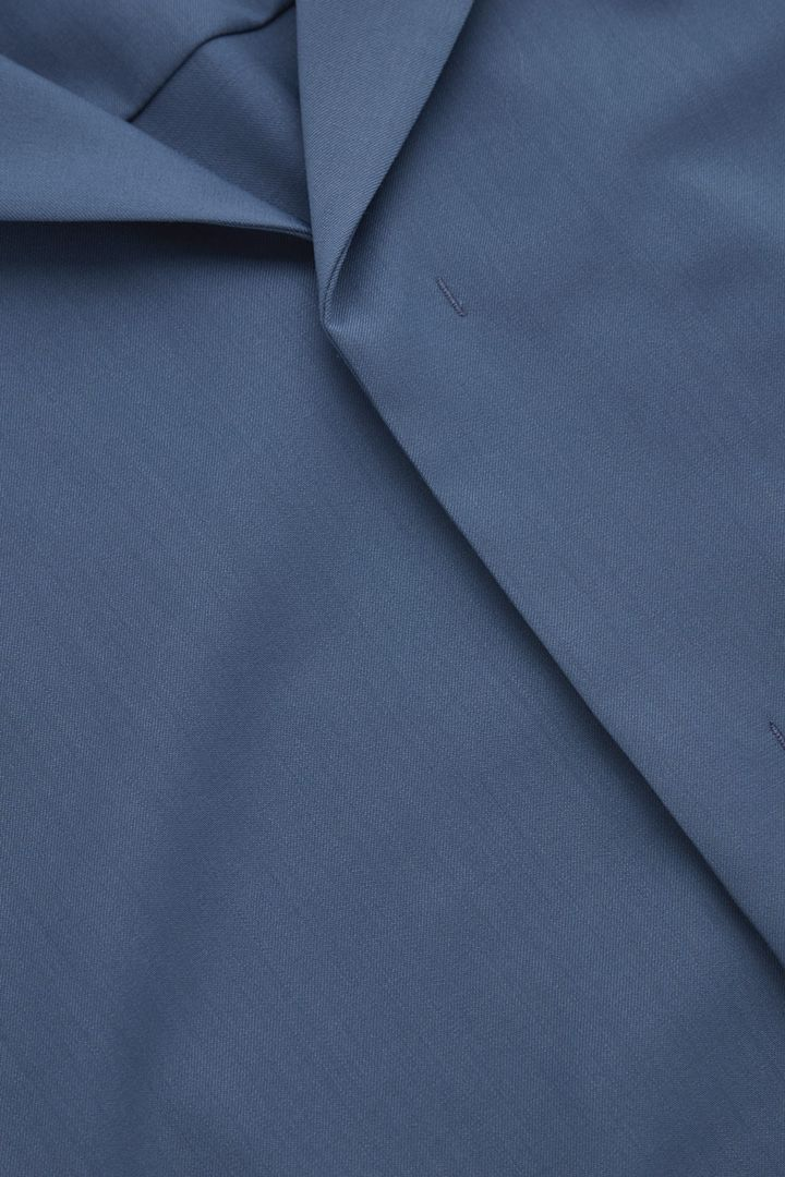 COS 캠프 칼라 울 셔츠의 스틸 블루컬러 Detail입니다.