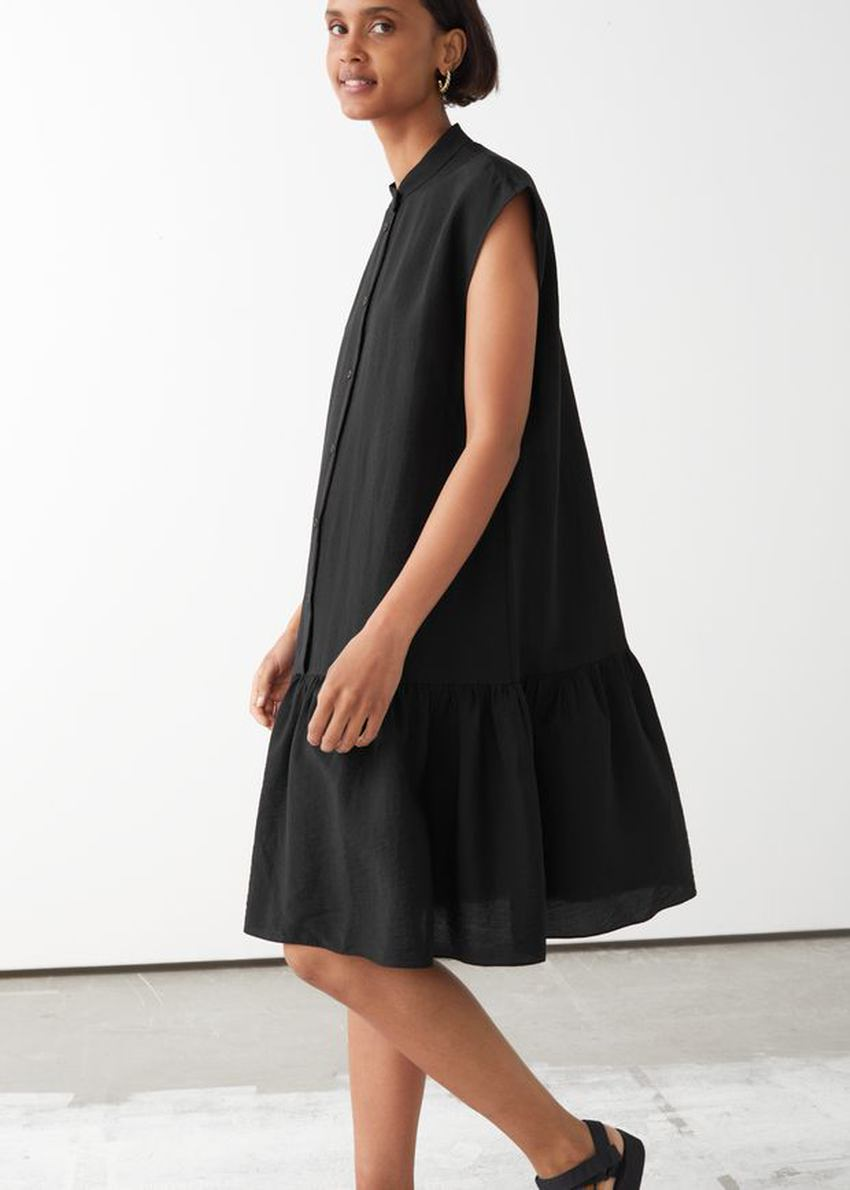 앤아더스토리즈 볼류미너스 버튼 미디 드레스의 블랙컬러 ECOMLook입니다.