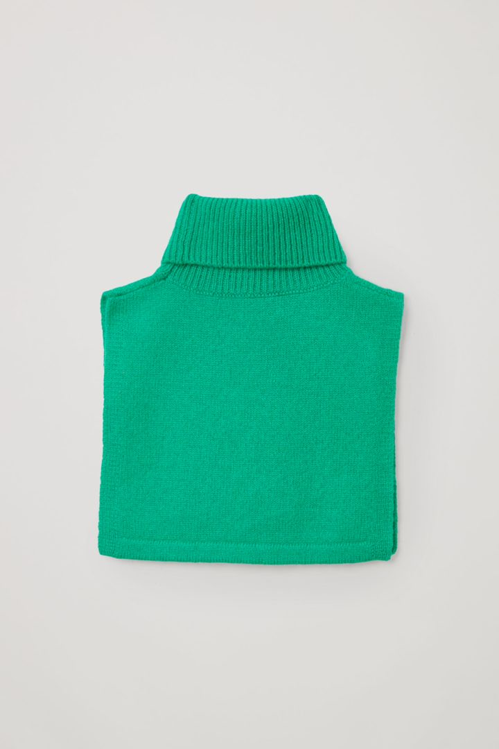 COS 캐시미어 롤넥 스카프의 그린컬러 Product입니다.