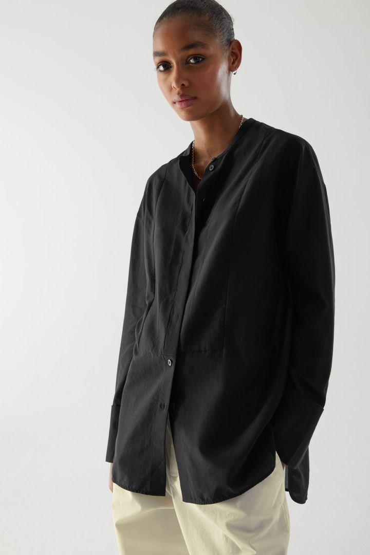 COS default image 2 of 블랙 in 코튼 멀버리 실크 믹스 튜닉 스타일 셔츠