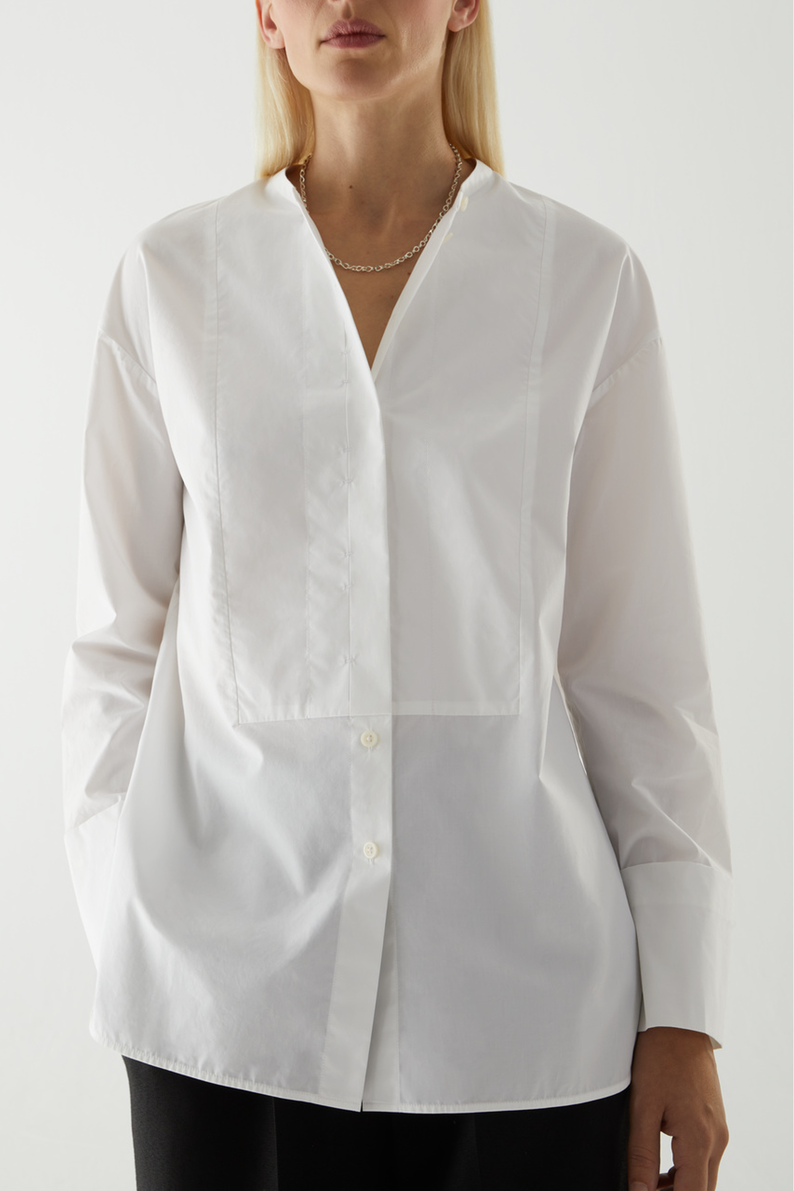 COS 코튼 빕 인서트 튜닉 스타일 셔츠의 화이트컬러 ECOMLook입니다.