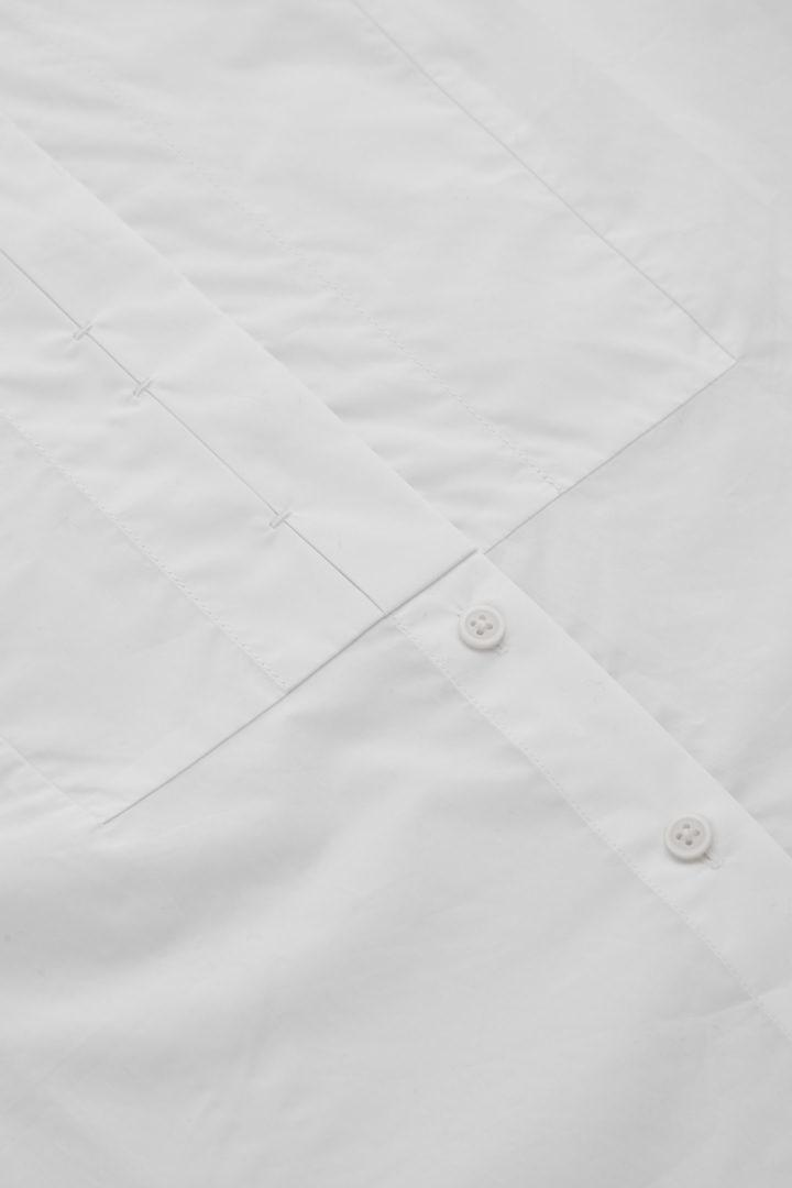 COS 코튼 빕 인서트 튜닉 스타일 셔츠의 화이트컬러 Detail입니다.