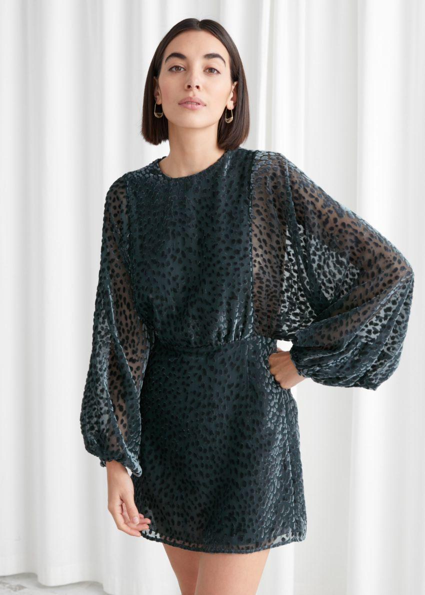 앤아더스토리즈 시어 볼류미너스 슬리브 미니 드레스의 그린컬러 ECOMLook입니다.