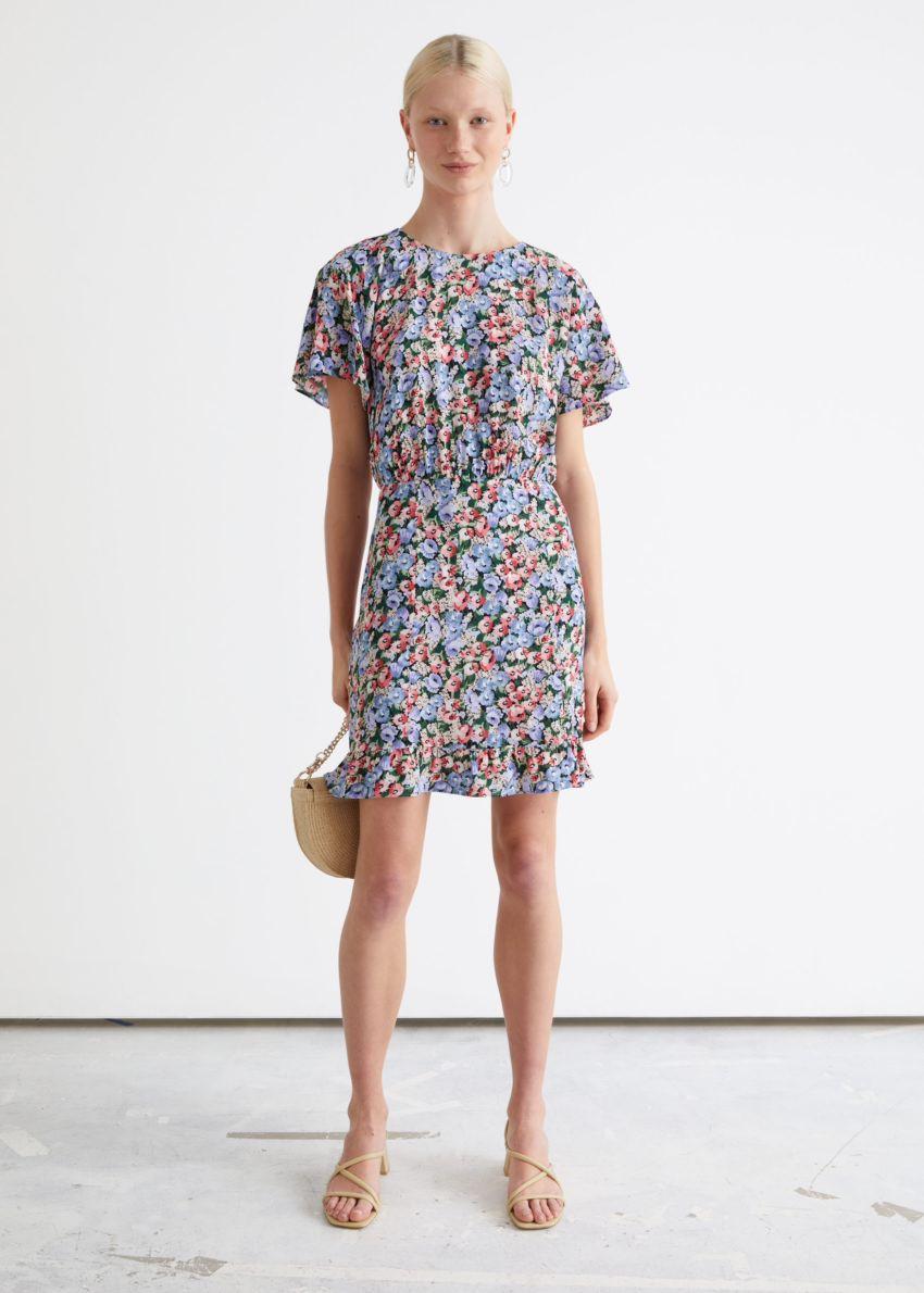 앤아더스토리즈 배트윙 슬리브 러플 미니 드레스의 블루 플로럴컬러 ECOMLook입니다.