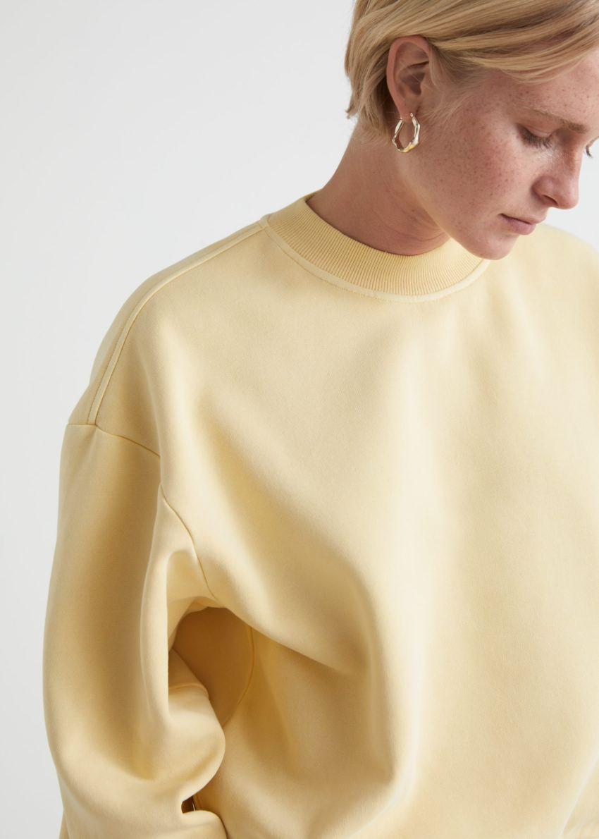 앤아더스토리즈 박시 코튼 스웨트셔츠의 라이트 옐로우컬러 ECOMLook입니다.