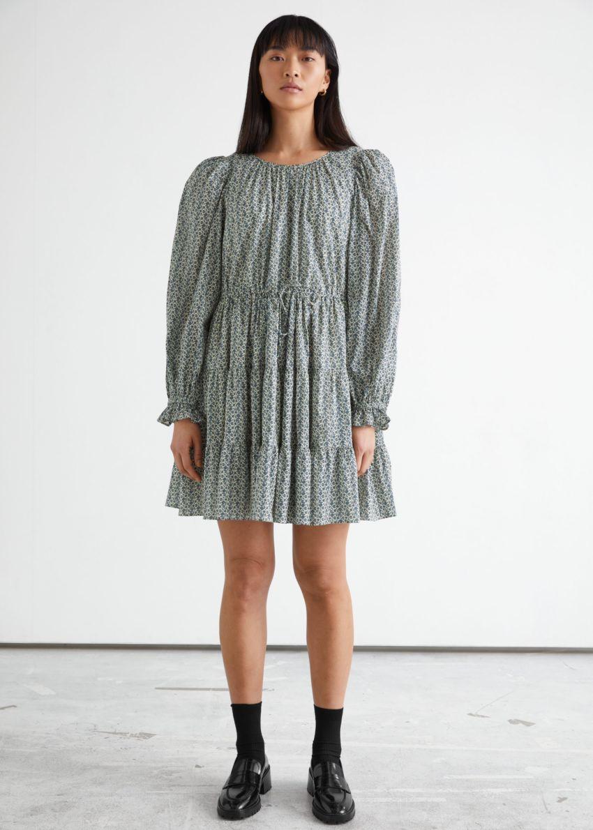 앤아더스토리즈 볼류미너스 트윌 미니 드레스의 블루 플로럴컬러 ECOMLook입니다.