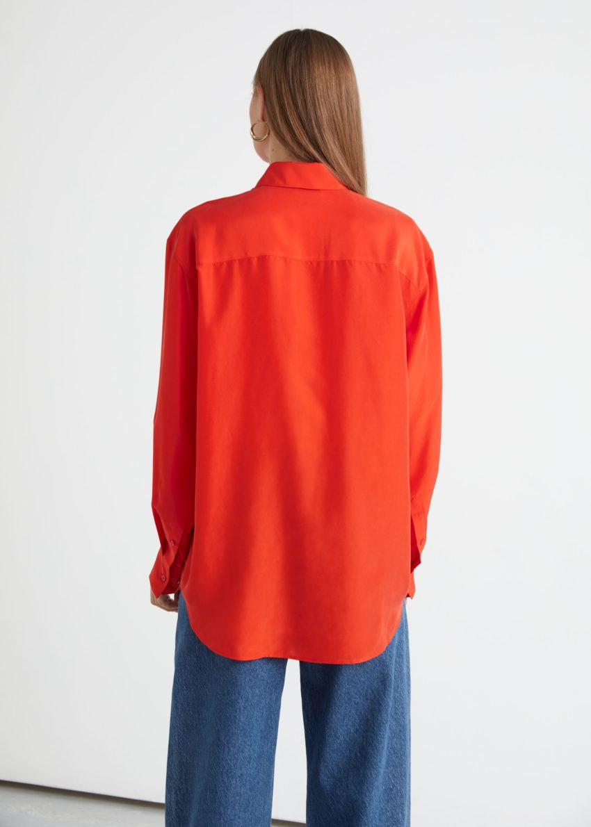 앤아더스토리즈 릴렉스드 버튼 업 멀베리 실크 셔츠의 오렌지컬러 ECOMLook입니다.