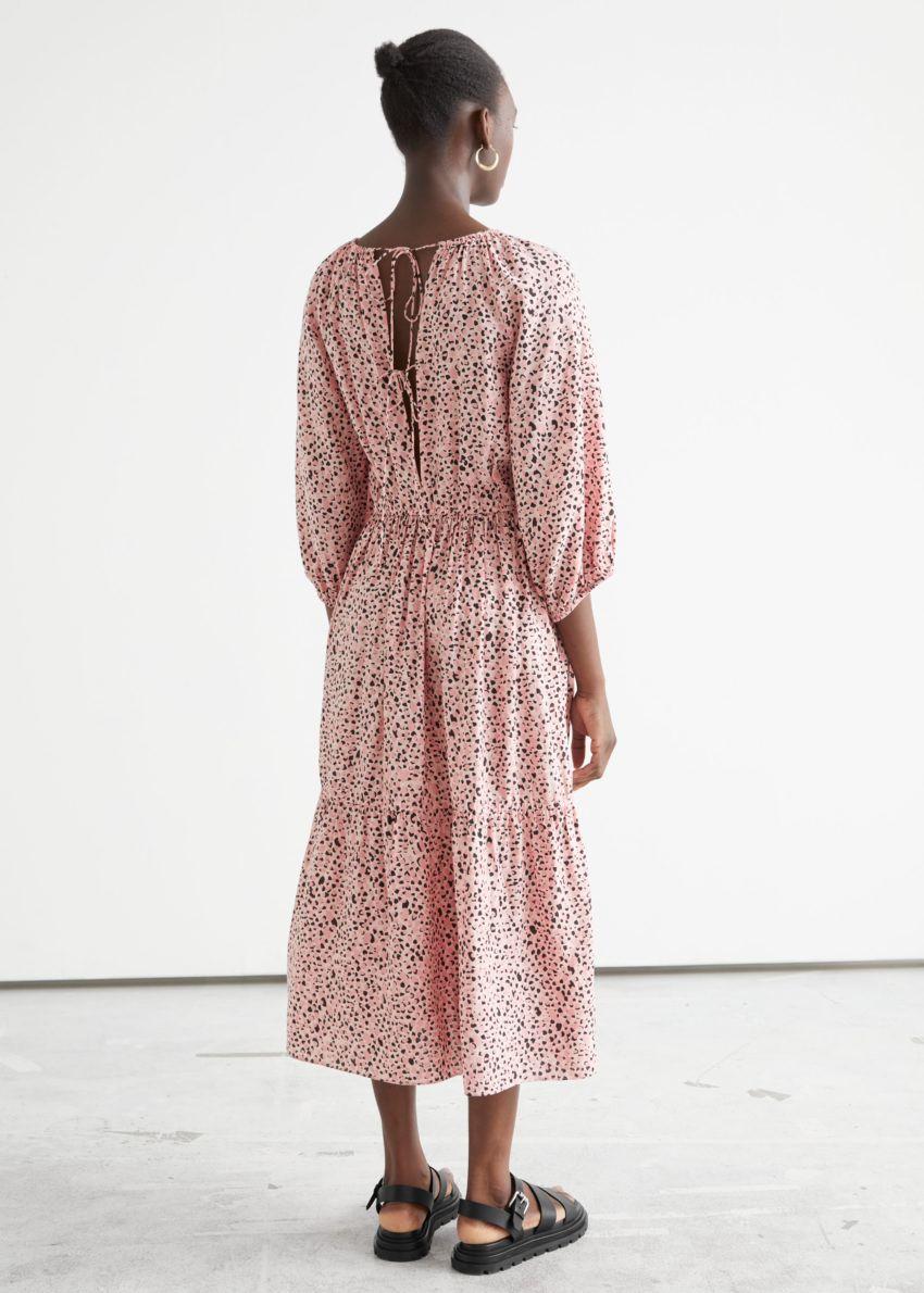 앤아더스토리즈 볼류미너스 레글란 슬리브 미디 드레스의 피치 프린트 컬러 ECOMLook입니다.