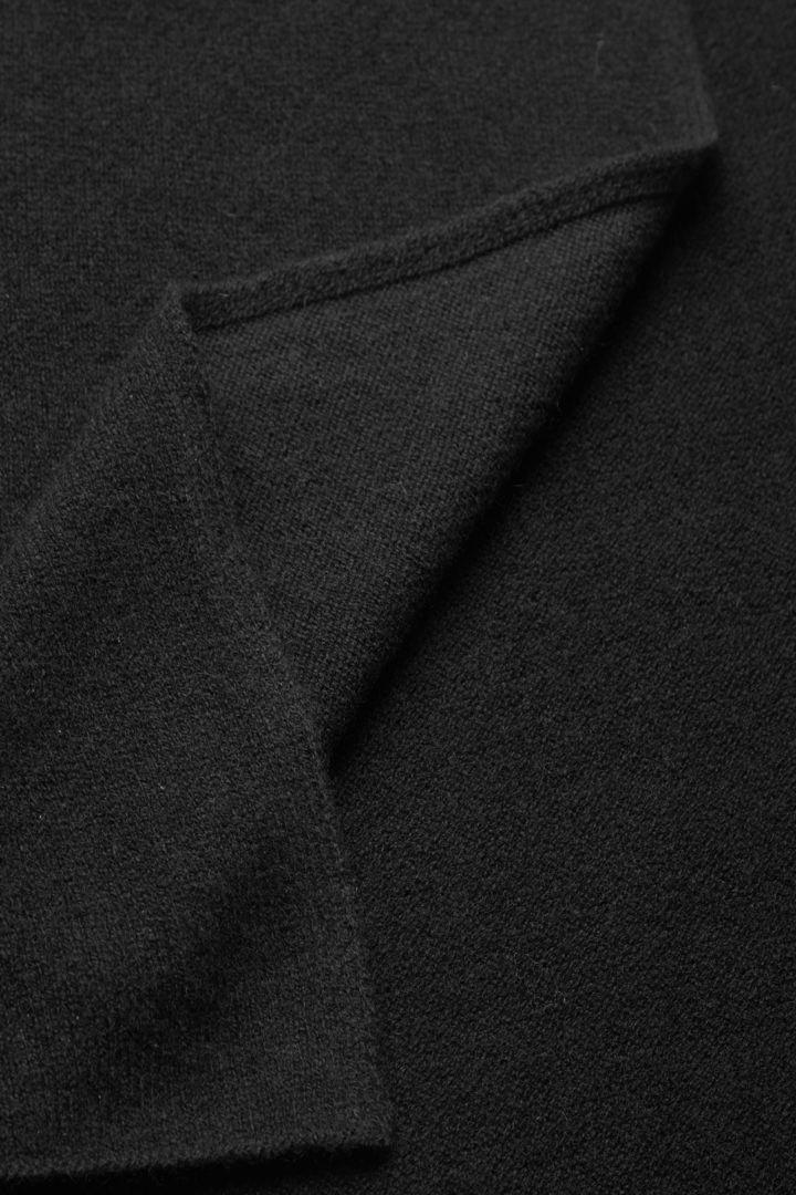 COS 니티드 캐시미어 스카프의 블랙컬러 Detail입니다.