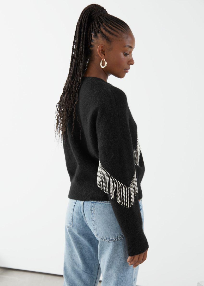 앤아더스토리즈 디아망테 프린지 스웨터의 블랙컬러 ECOMLook입니다.