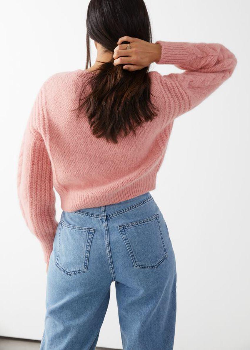 앤아더스토리즈 크롭 버튼 업 니트 스웨터의 핑크컬러 ECOMLook입니다.