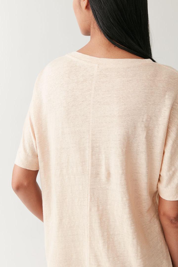 COS 오버사이즈 리넨 티셔츠의 베이지컬러 ECOMLook입니다.