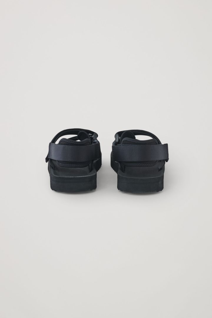 COS 스트랩 샌들의 블랙컬러 Product입니다.