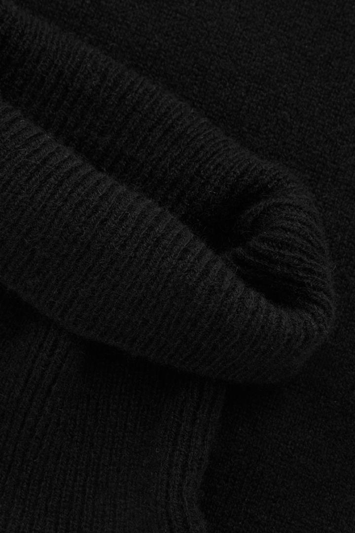 COS 롤 넥 캐시미어 칼라의 블랙컬러 Detail입니다.