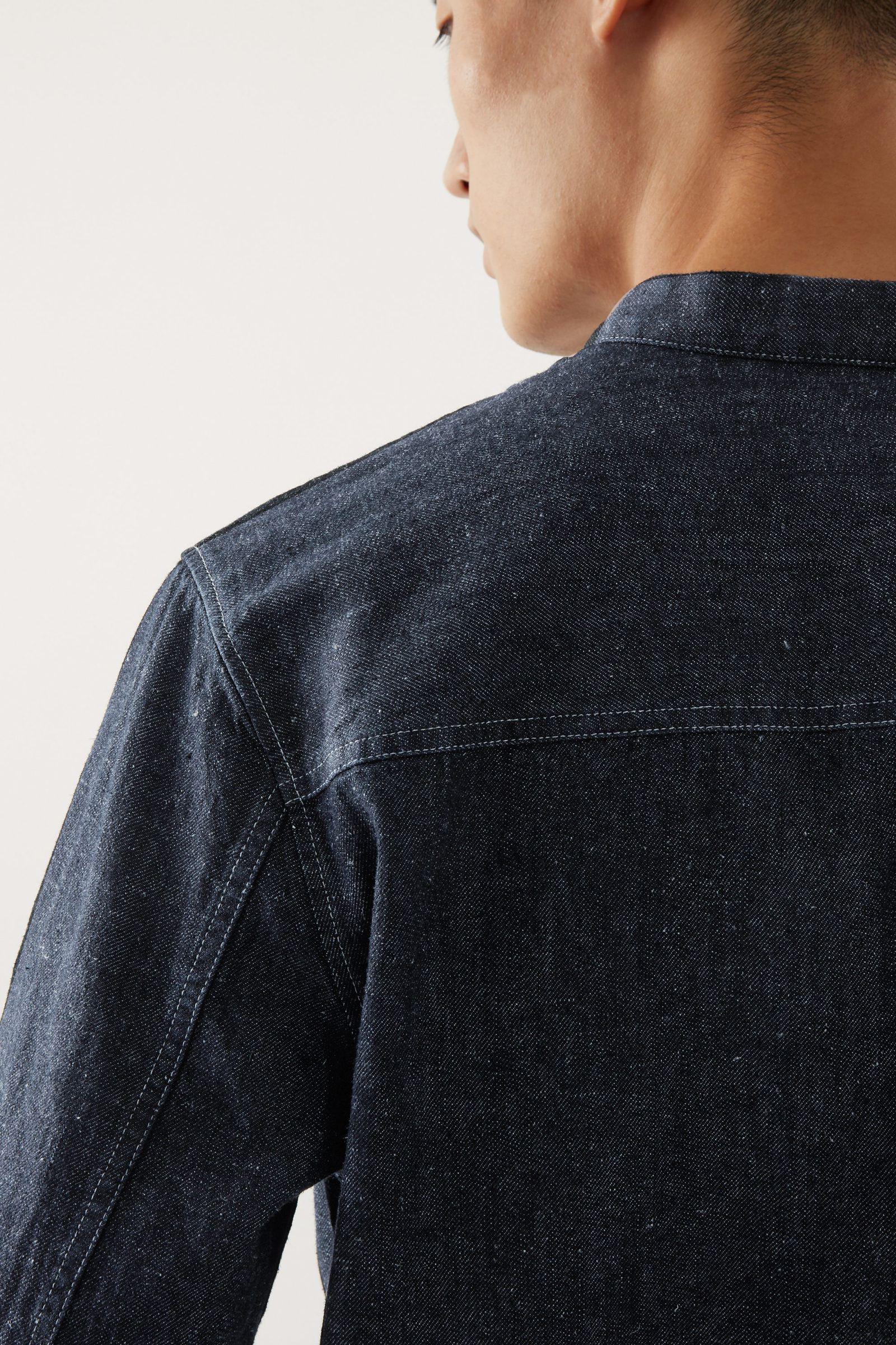 COS 캠프 칼라 오가닉 헴프 오버셔츠의 블루컬러 ECOMLook입니다.