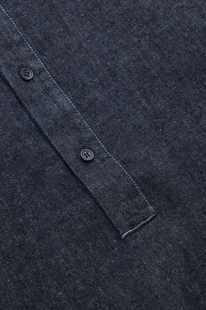COS 캠프 칼라 오가닉 헴프 오버셔츠의 블루컬러 Detail입니다.