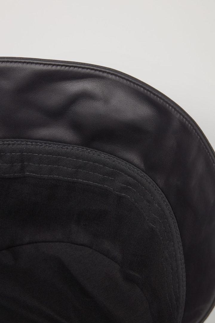 COS 레더 버킷 햇의 블랙컬러 Detail입니다.