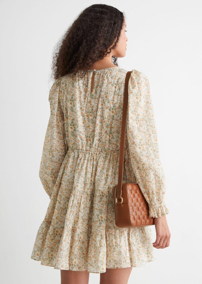 앤아더스토리즈 볼류미너스 트윌 미니 드레스의 베이지 플로럴 컬러 ECOMLook입니다.