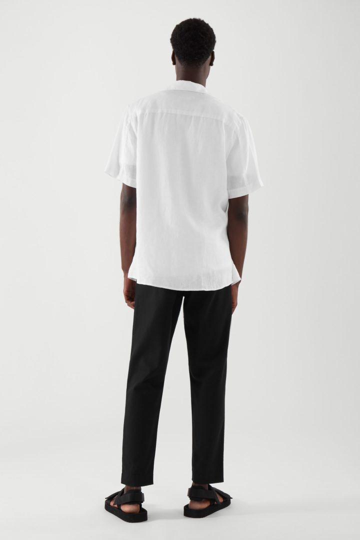 COS 캠프 칼라 쇼트 슬리브 셔츠의 화이트컬러 ECOMLook입니다.