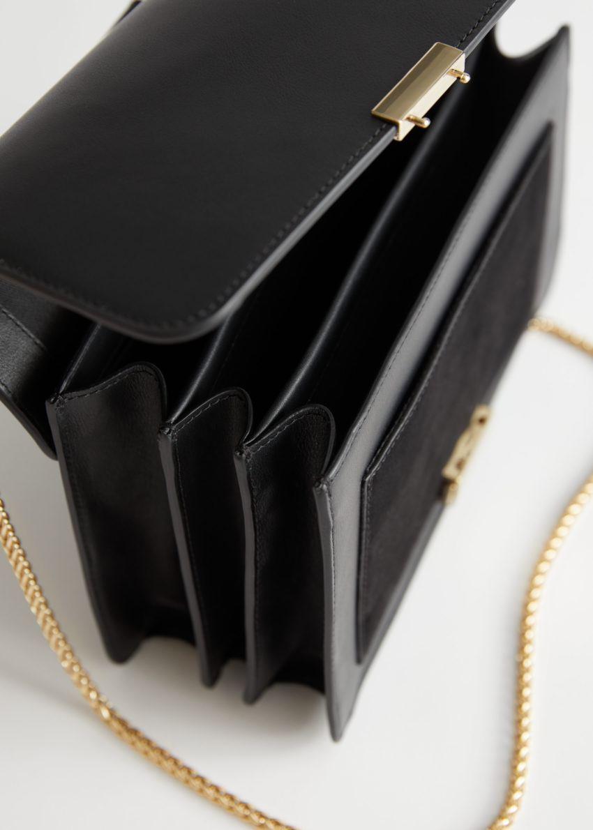 앤아더스토리즈 레더 체인 스트랩 크로스바디 백의 블랙컬러 Detail입니다.