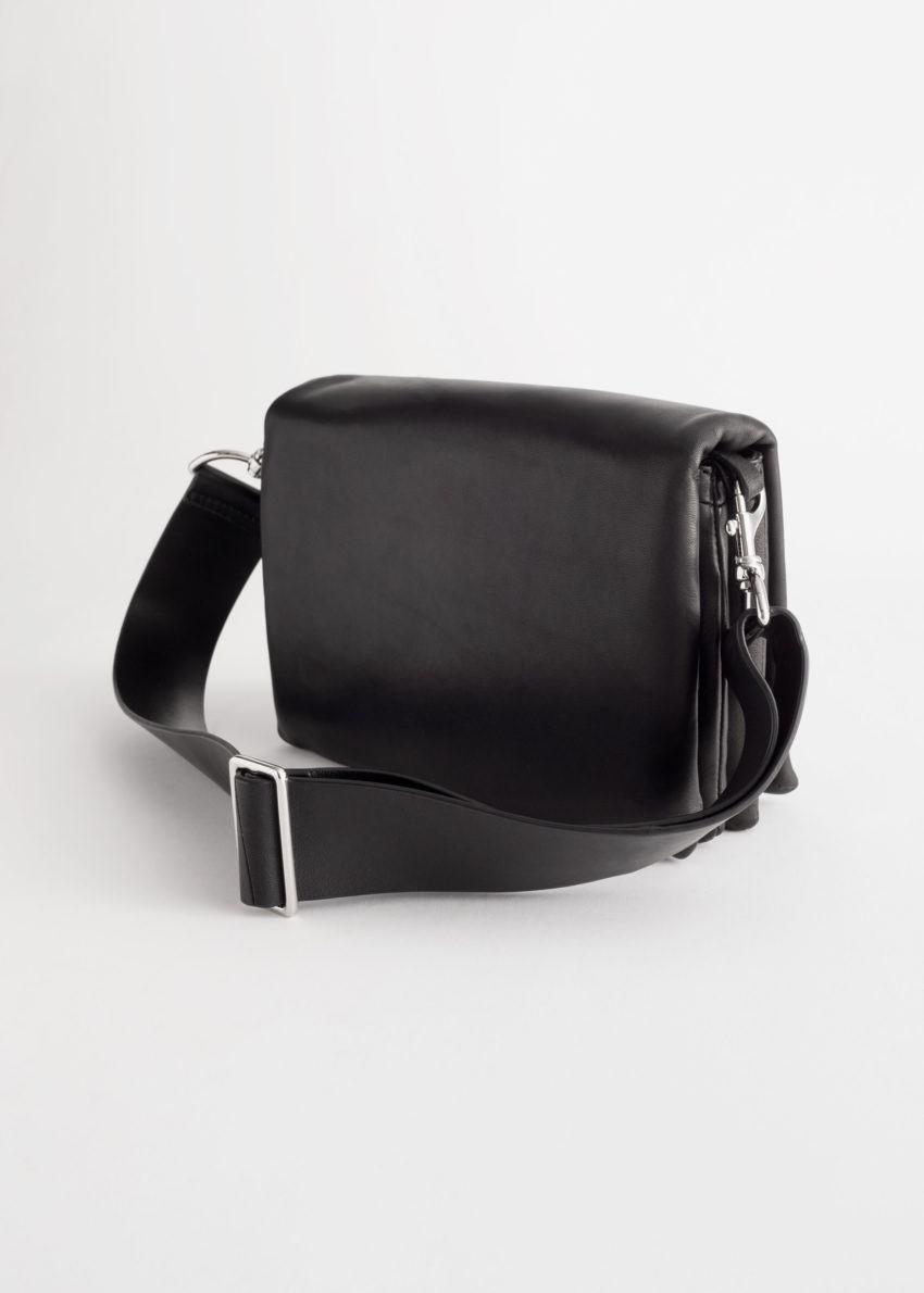 앤아더스토리즈 크롬 프리 레더 크로스바디 백의 블랙컬러 Product입니다.