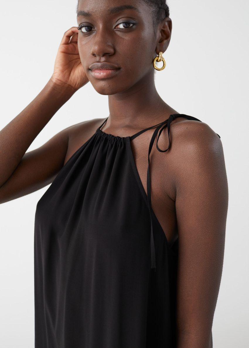 앤아더스토리즈 홀터넥 A라인 미디 드레스의 블랙컬러 ECOMLook입니다.