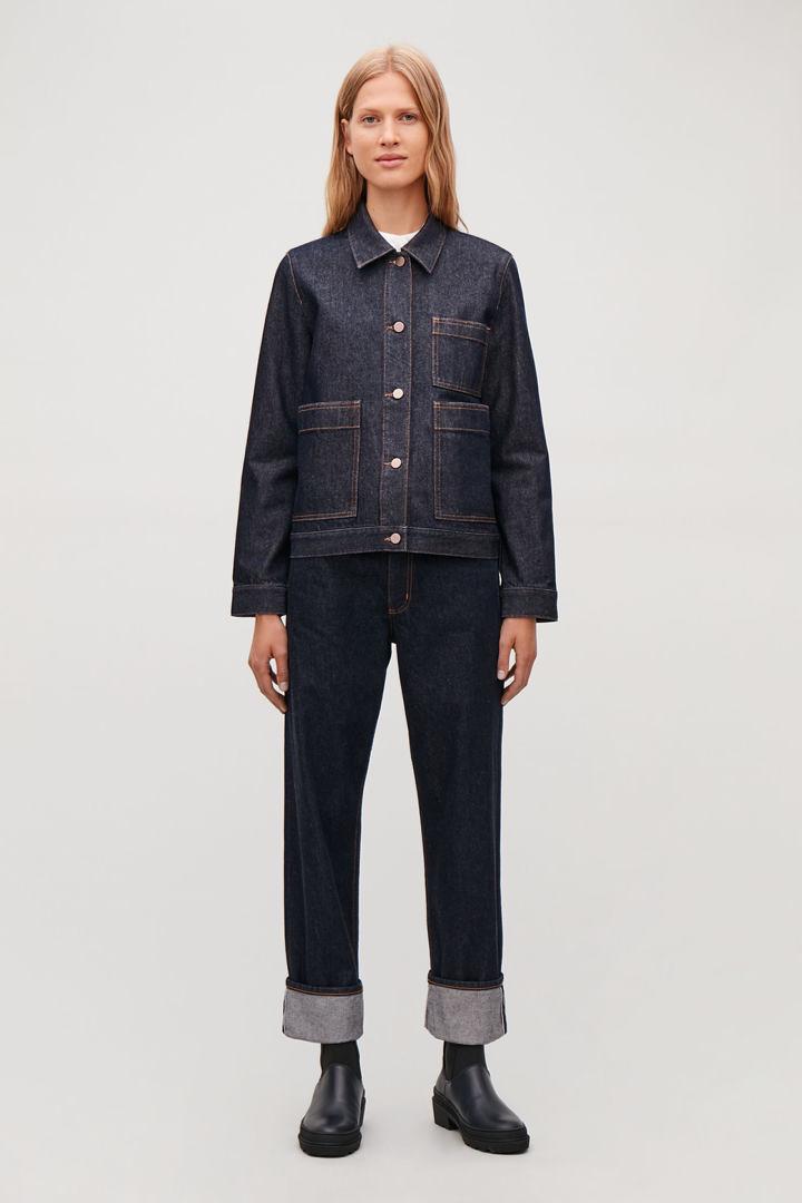 COS 패치 포켓 데님 재킷의 다크 블루 / 토바코컬러 모델컷입니다.