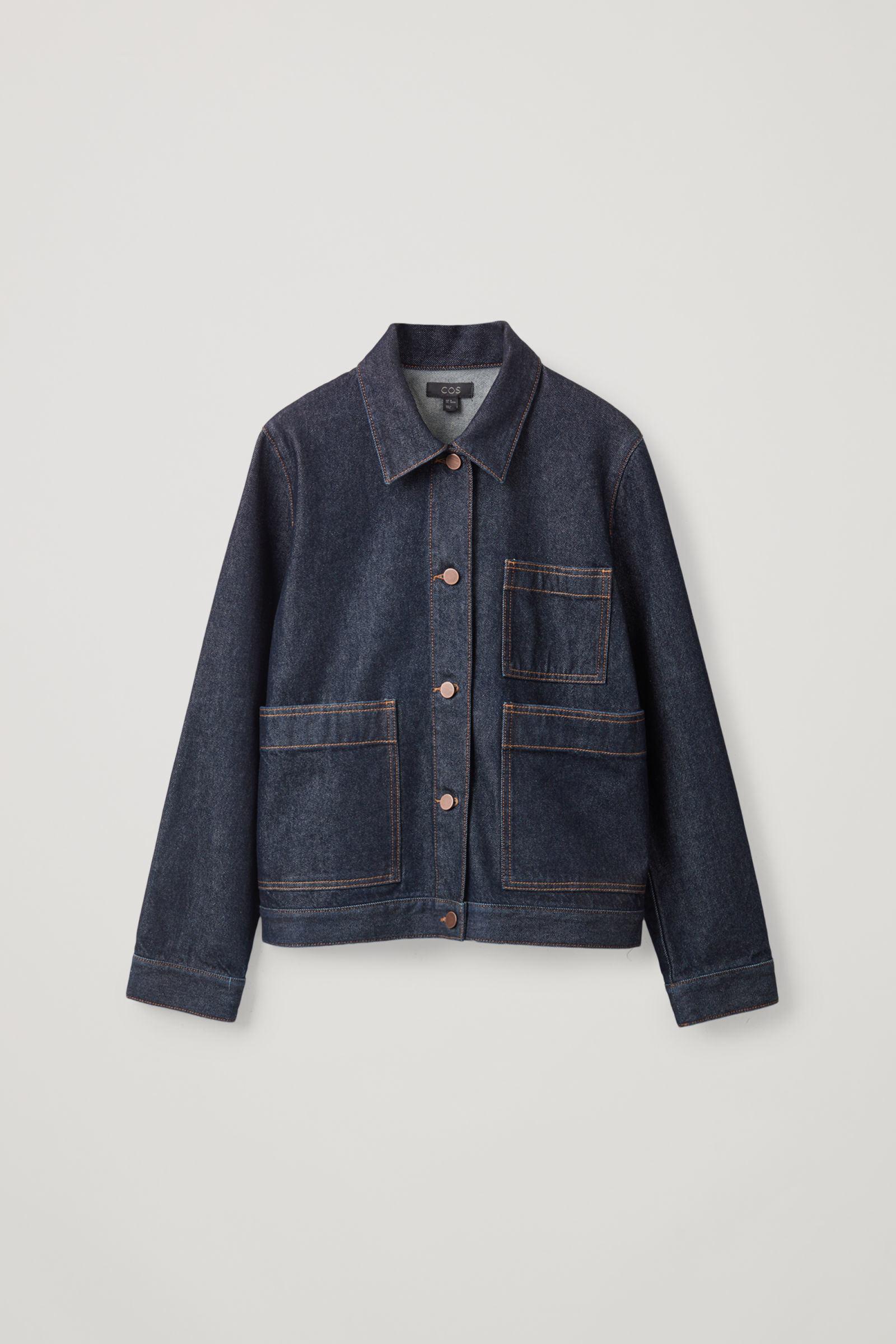 COS 패치 포켓 데님 재킷의 다크 블루 / 토바코컬러 상품컷입니다.