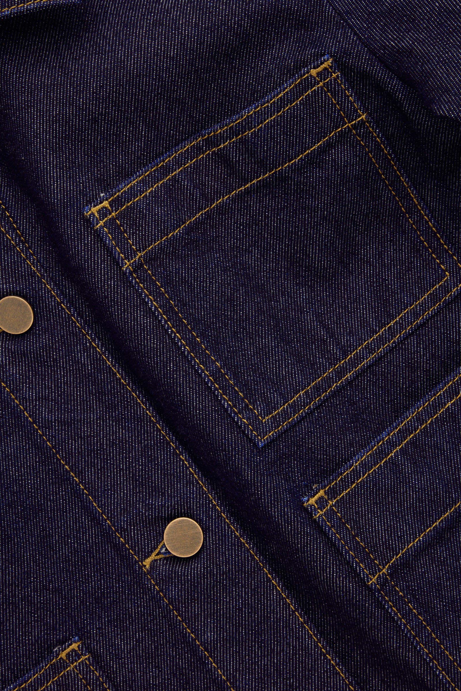 COS 패치 포켓 데님 재킷의 다크 블루 / 토바코컬러 상세컷입니다.