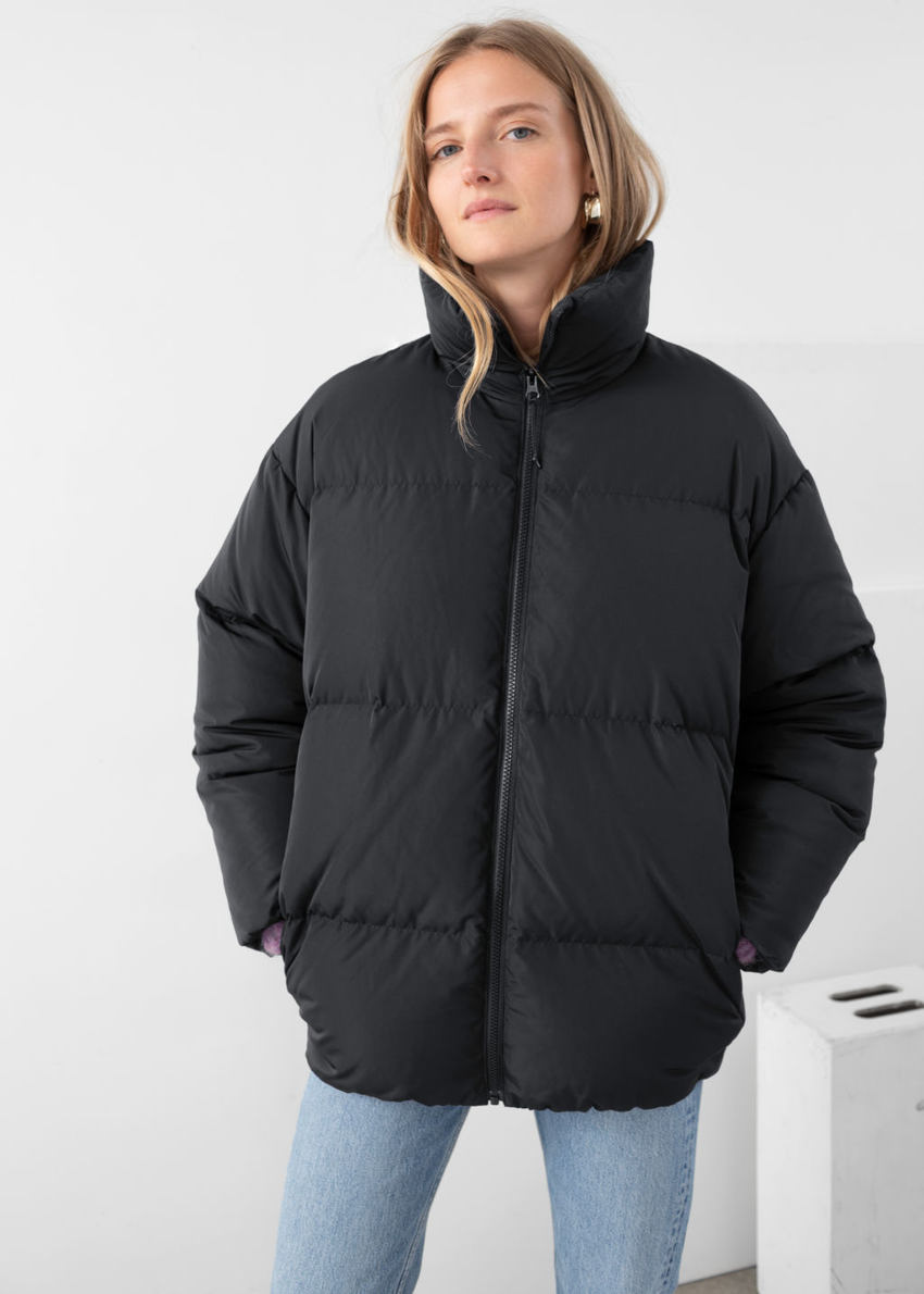 앤아더스토리즈 오버사이즈 터틀넥 다운 코트의 블랙컬러 ECOMLook입니다.