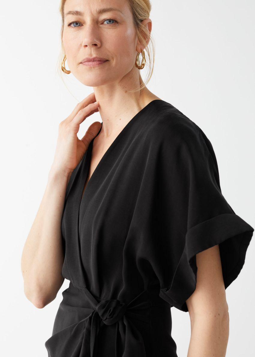 앤아더스토리즈 릴렉스드 랩 미니 드레스의 블랙컬러 ECOMLook입니다.