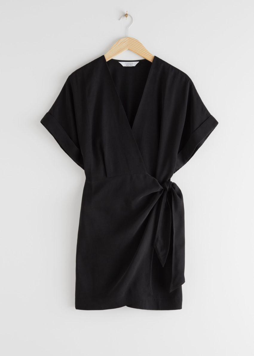 앤아더스토리즈 릴렉스드 랩 미니 드레스의 블랙컬러 Product입니다.