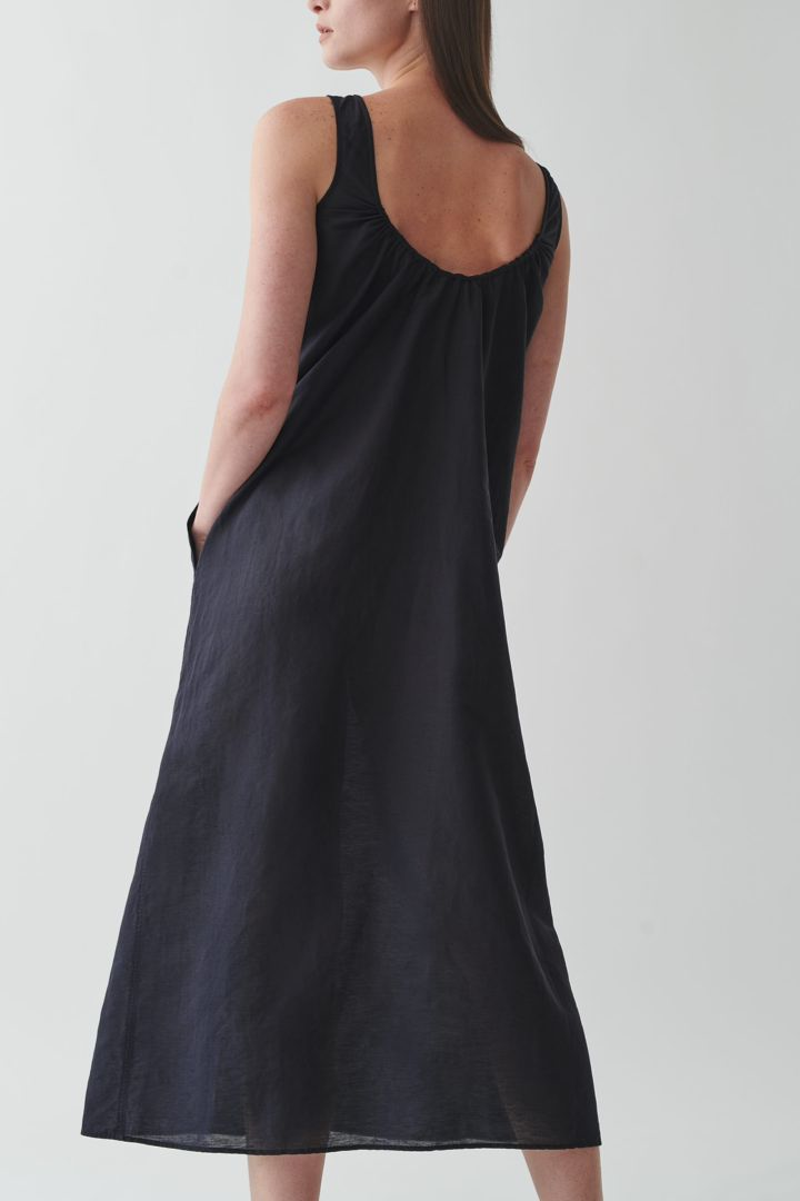 COS 리넨 익스포즈드 백 맥시 드레스의 블랙컬러 ECOMLook입니다.
