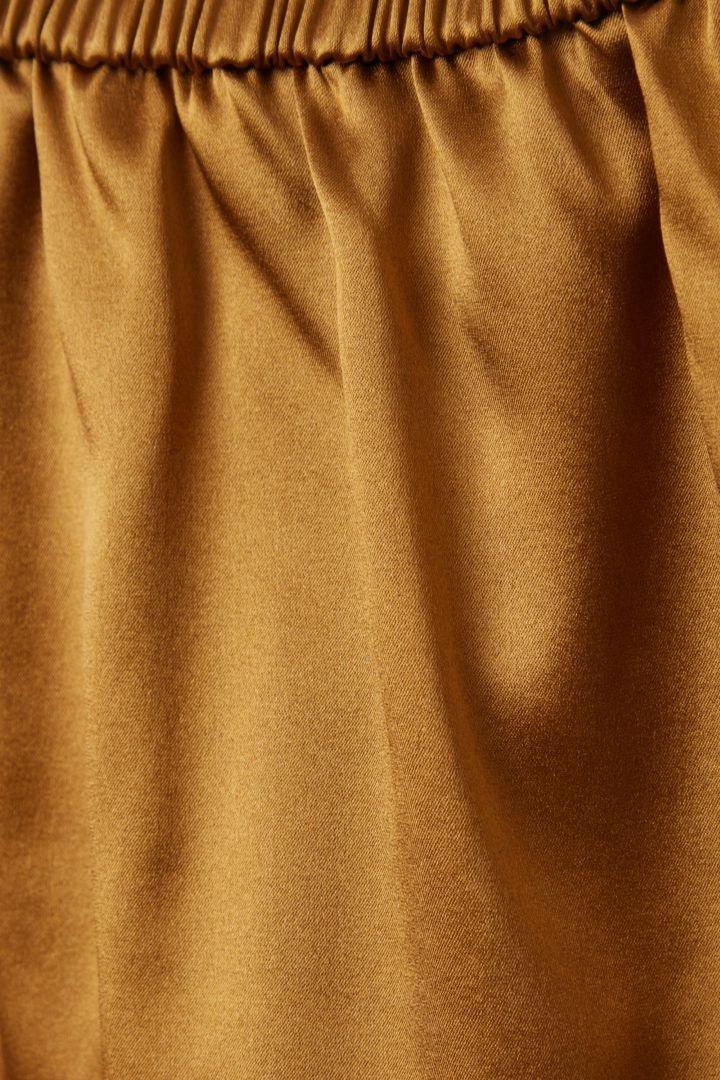 COS 루즈 멀버리 실크 니커즈의 옐로우컬러 Detail입니다.