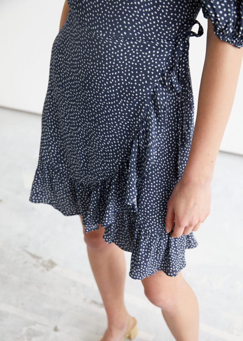앤아더스토리즈 러플 퍼프 슬리브 미니 드레스의 블루 프린트컬러 ECOMLook입니다.