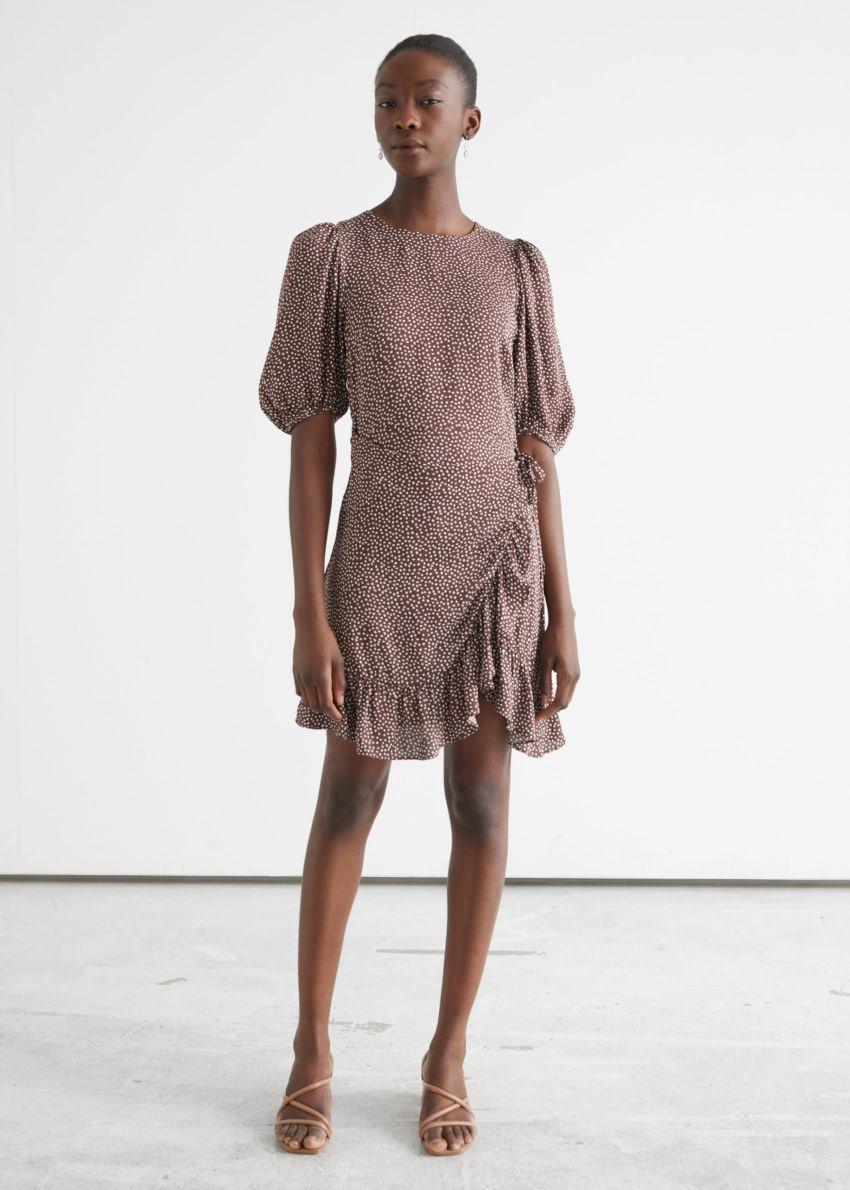 앤아더스토리즈 러플 퍼프 슬리브 미니 드레스의 브라운 프린트컬러 ECOMLook입니다.